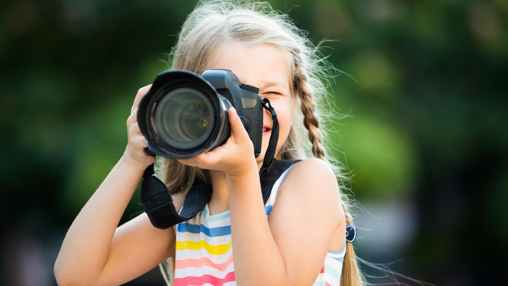 Bambina che fotografa
