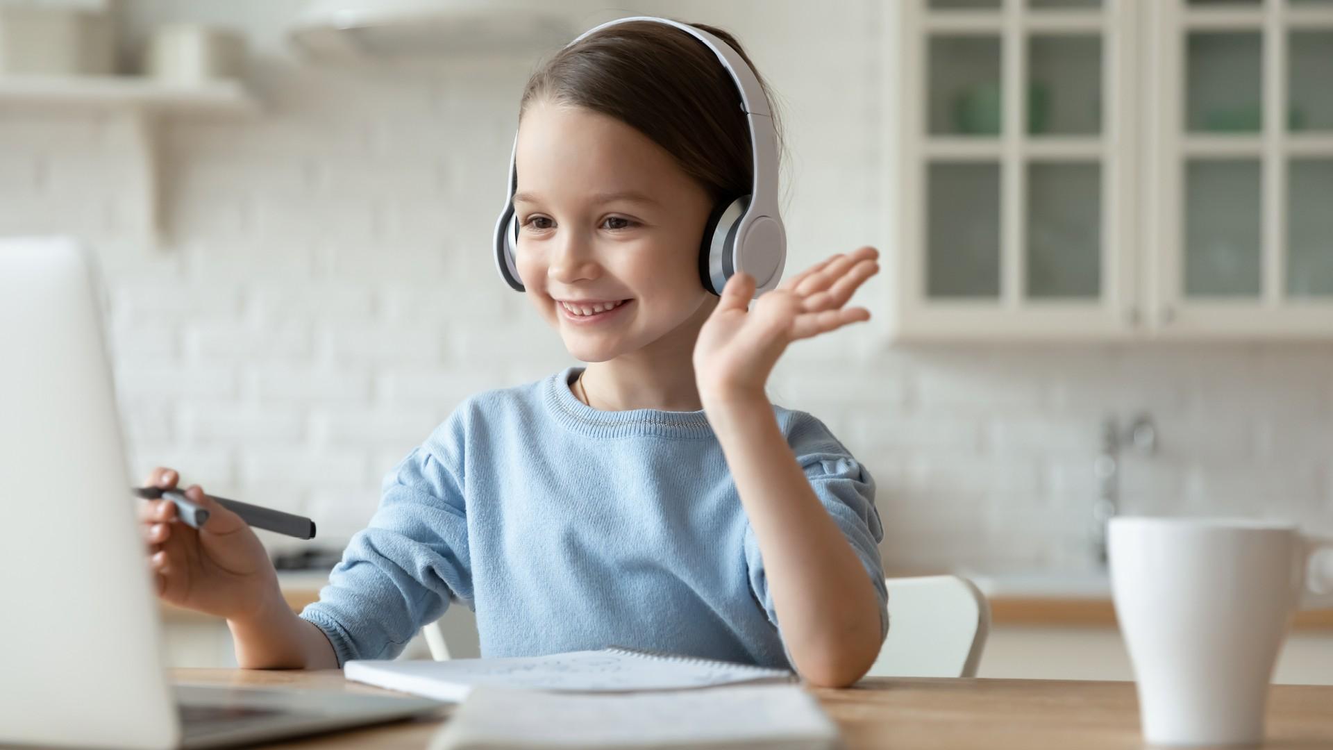 Bambina che segue una lezione online