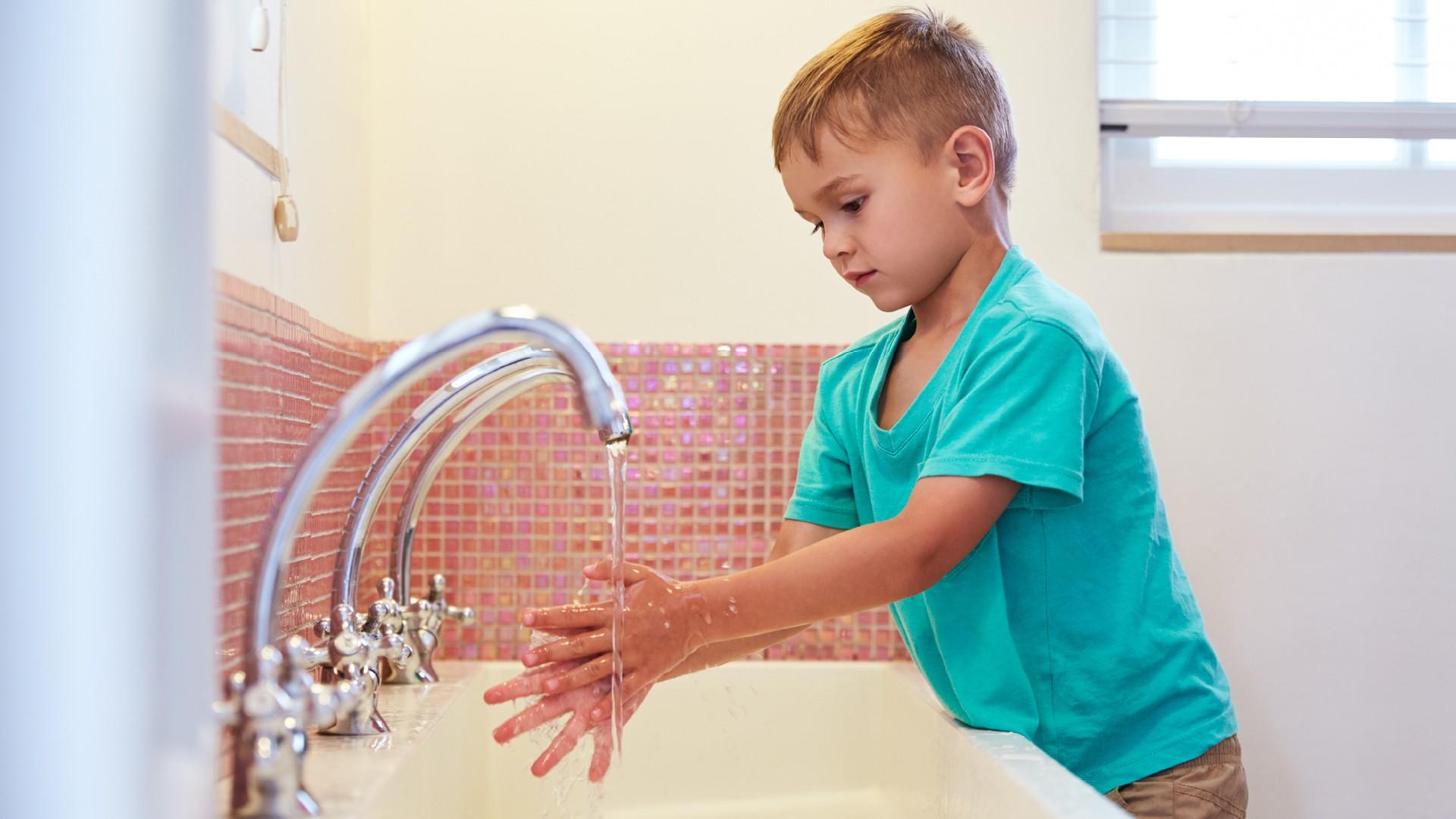 Bambino che si lava le mani