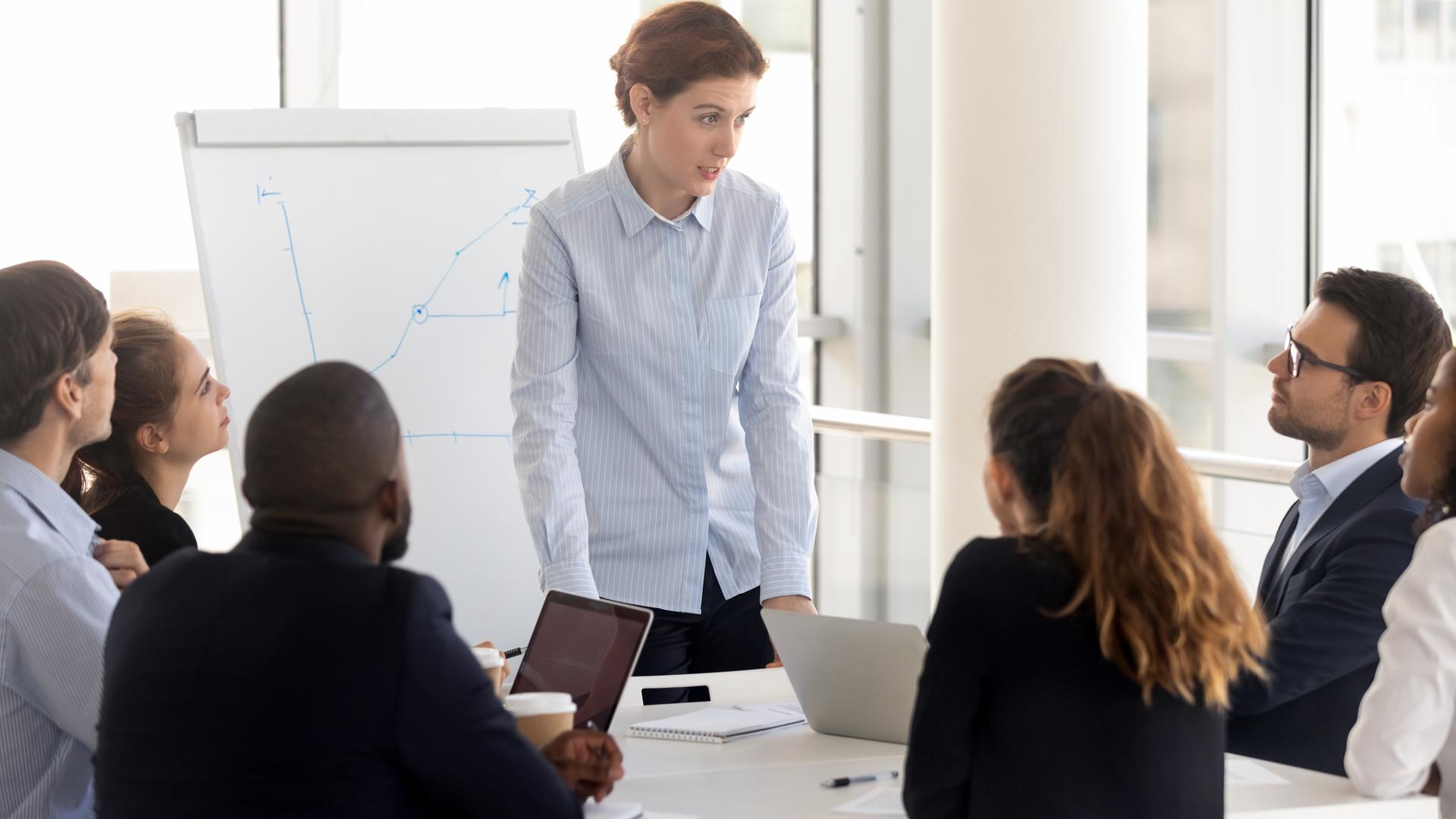 Esperto al lavoro in riunione