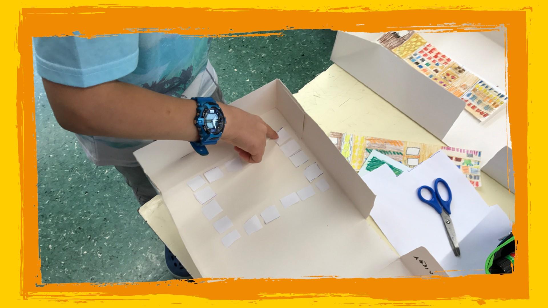 Bambino costruisce plastico aula