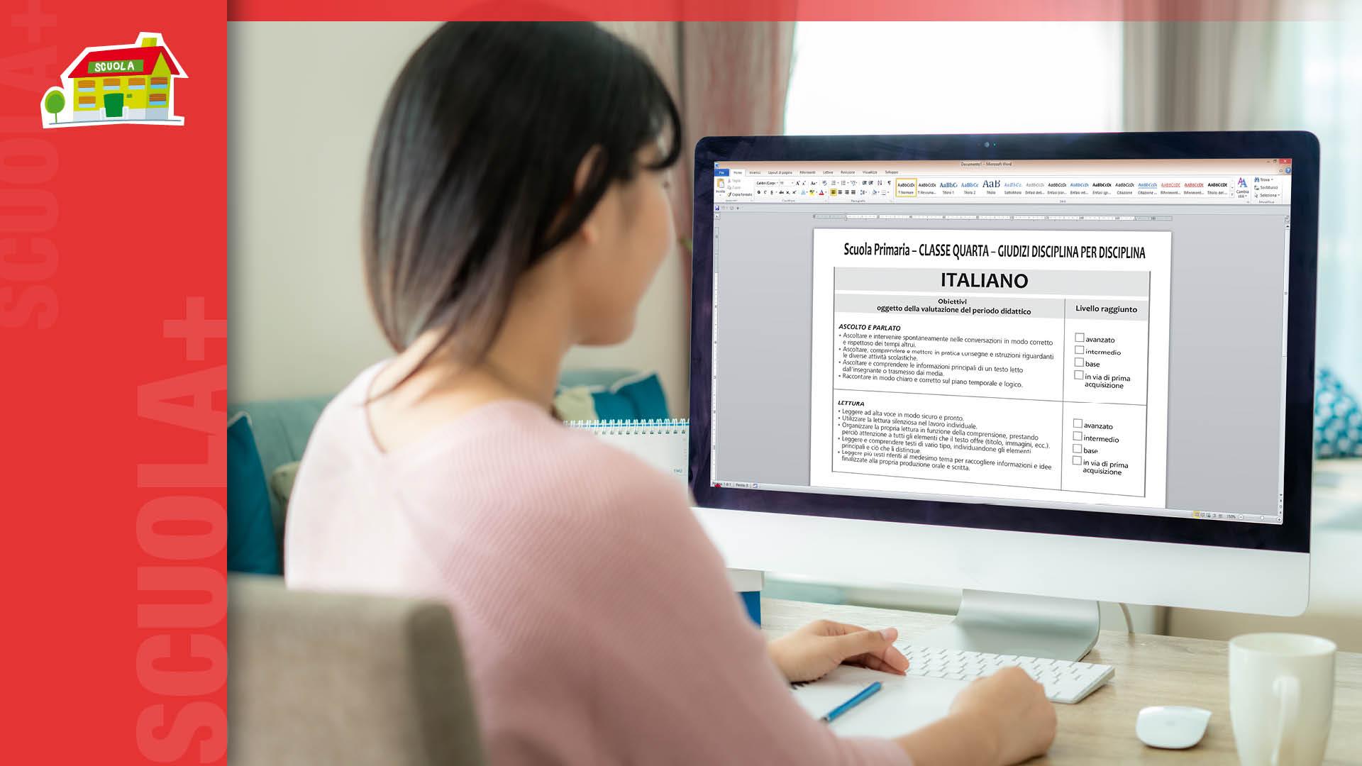 Maestra che lavora al documento di valutazione