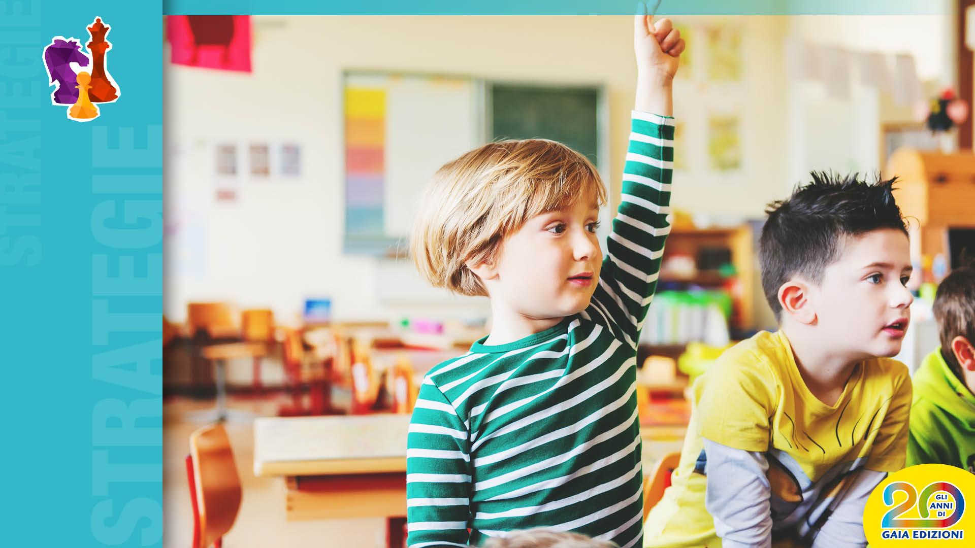 Bambino che alza la mano a scuola