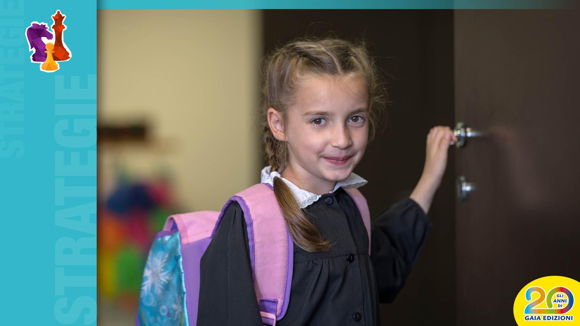Bambina a scuola chiude la porta